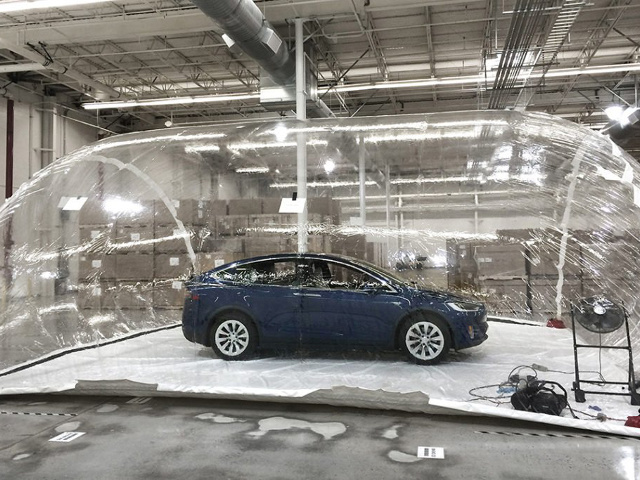 La Tesla Model X in un test sui filtri dell'aria